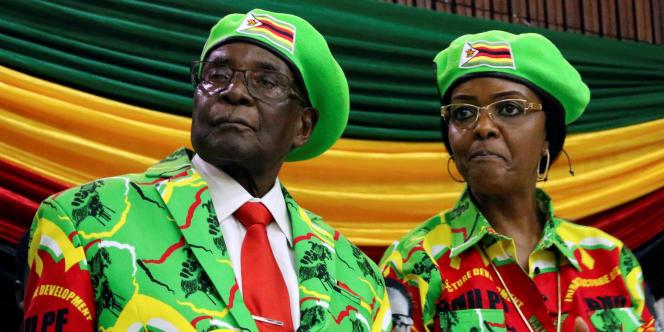 Le président zimbabwéen Robert Mugabe et son épouse lors d'un meeting du parti Zanu-PF, à Harare, le 7 octobre 2017.