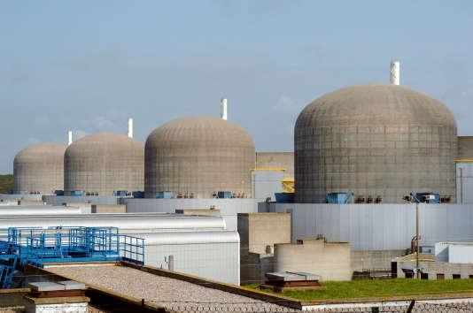 Vue prise en juin 2005 des quatre réacteurs de la centrale nucléaire de Paluel.