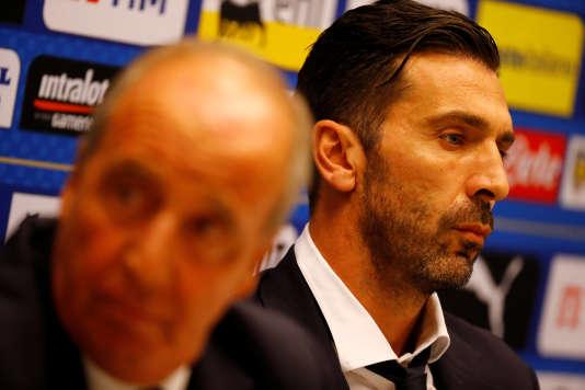 Gian Piero Ventura et Gianluigi Buffon lors de la conférence de presse précédant le match face à la Suède, vendredi 9 novembre.