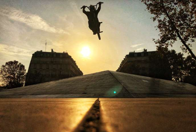 Le rider Julian Molina en tournage dans les rues de Paris à la fin d'octobre pour la Sosh Urban Motion.