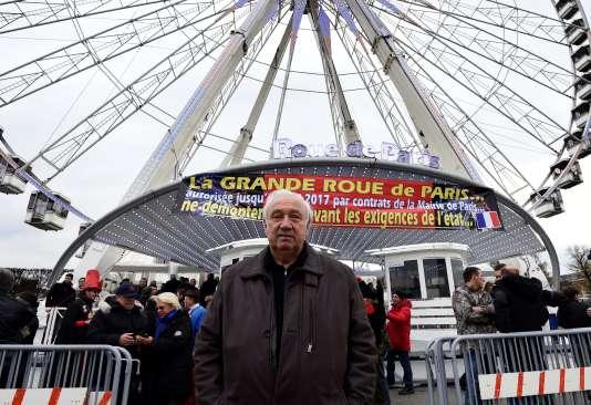 Marcel Campion devant la roue de la Concorde à Paris.