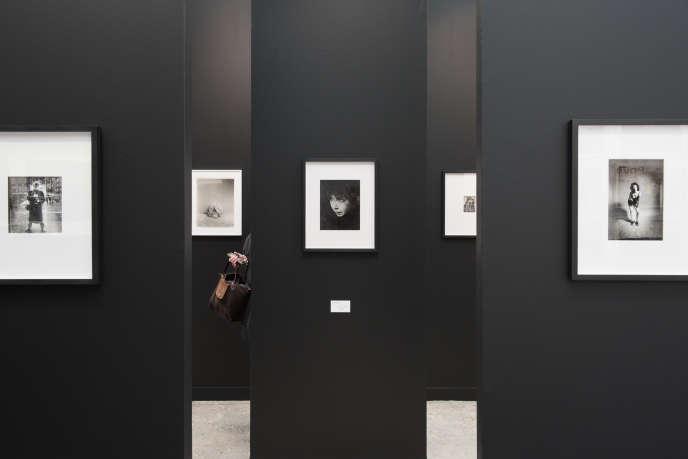 Un dédale de petits formats à Paris Photo au Grand Palais, le 8 novembre 2017.