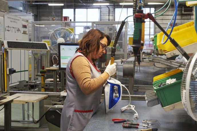 Finitions sur la chaîne d'assemblage des fersà l'usineSEB de Pont-Evêque, le 6 novembre.
