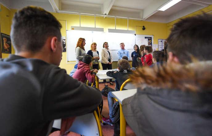 Lors d'uneréunion anti-harcèlement avec des élèves du lycée Yves-Klein, le 6 mars, à La Colle-sur-Loup (Alpes-Maritimes).