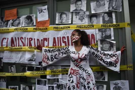 Une journaliste mexicaine, lors d'une manifestation à Mexico, le 15 juin, un mois après le meurtre de son confrère, le reporter Javier Valdez, dans le nord-ouest du pays.