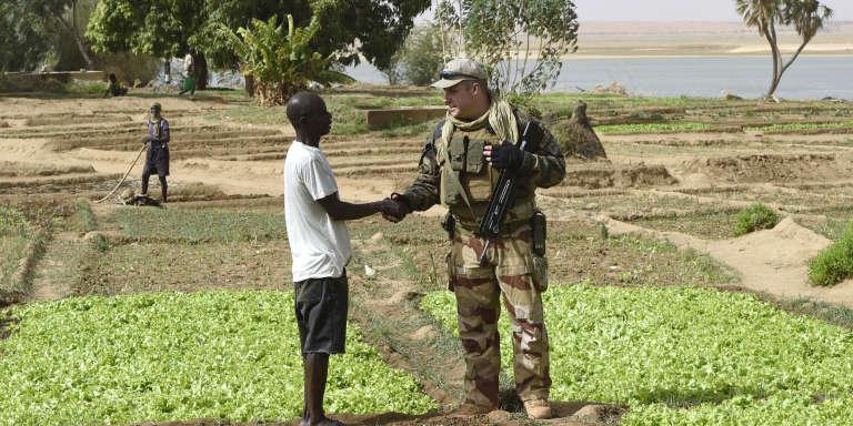 Un agriculteur malien et un soldat français de l'opération«Barkhane» à Gao, au Mali, le 30mai 2015.
