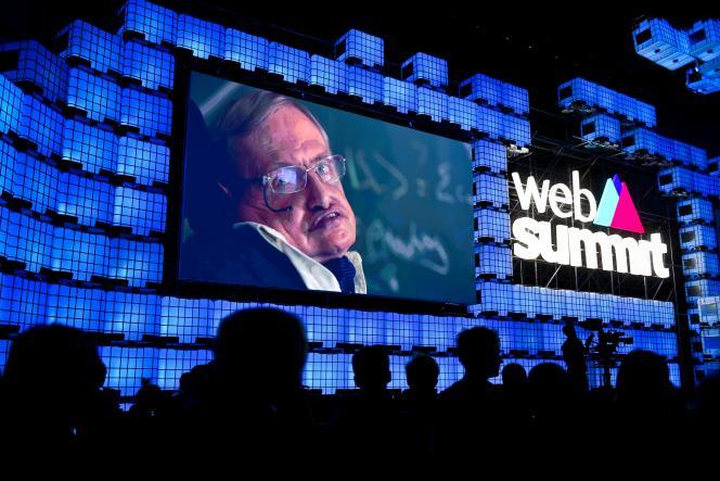 Stephen Hawking délivre un message par vidéo à l'ouverture du Web Summit, à Lisbonne, le 6 novembre.