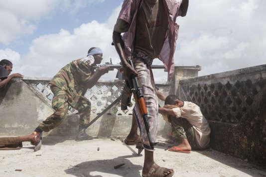 Somalie, 2009 : des miliciens gouvernementaux somaliens tirent au DSHK, mitraillette automatique utilisée à l'origine comme arme anti-aérienne, contre une position tenue par des insurgés.
