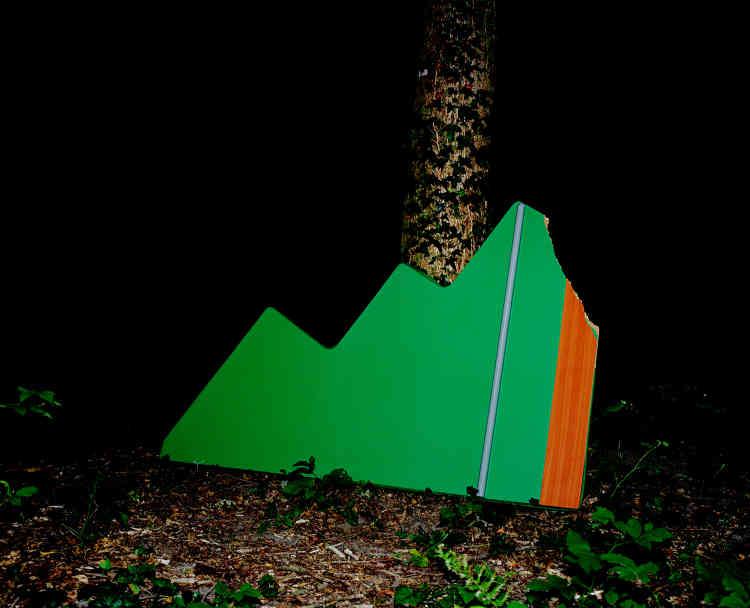 « Ce travail tente de montrer des objets de lutte pour ce qu'ils sont avant tout : des formes, des couleurs, des rapports à la lumière particuliers», explique Louis Matton.