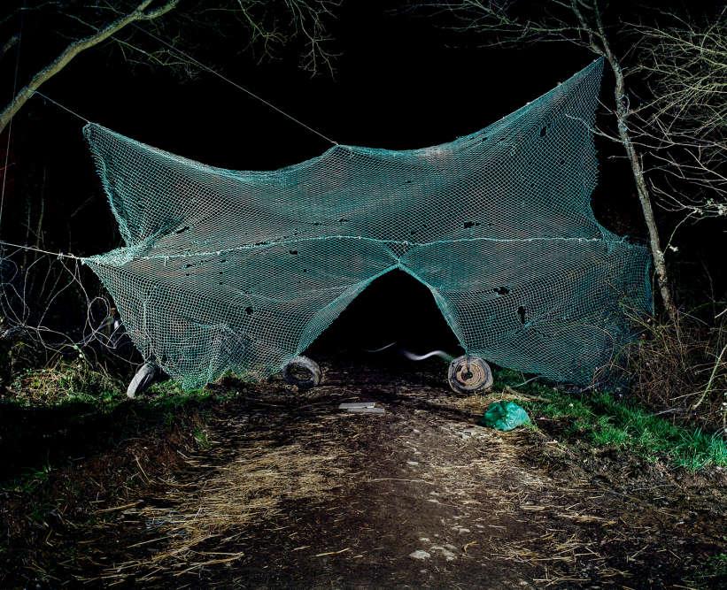 « Chaque image donne à voir un objet (ou un assemblage d'objets), fabriqués à partir de matériaux de récupération in situ ou provenant de récupérations effectuées à l'extérieur de la zone», précise le photographe.