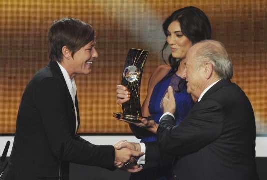 Hope Solo et Sepp Blatter remettent le Ballon d'Or à Abby Wambach en 2013.