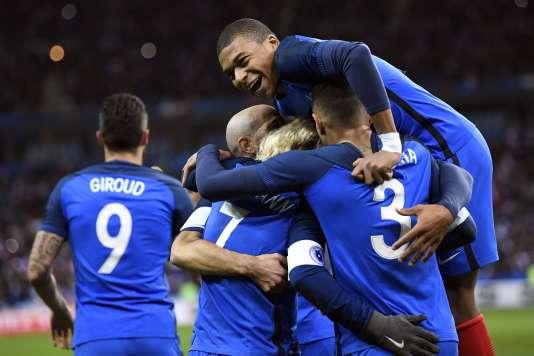 Antoine Griezmann célèbre son but avec ses coéquipiers, dont Kylian Mbappe (en haut), après avoir marqué lors de la rencontre face au Pays de Galles, au Stade de France, vendredi soir 10 novembre.