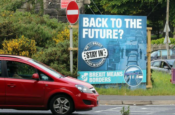 En juin 2016, une pancarte contre le Brexit met en garde contre le retour de la frontière en Irlande, près de Newry, en Irlande du Nord.