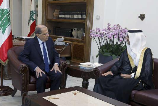 Le président libanais, Michel Aoun (à gauche), a rencontré vendredi 10 novembre le chargé d'affaires saoudien au Liban, Walid Al-Bukha , au palais présidentiel de Baabda, au Liban.