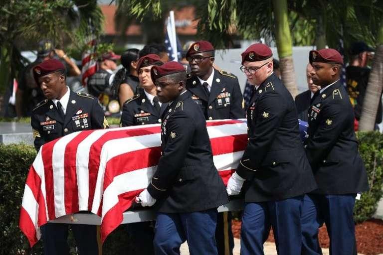 Funérailles le 21 octobre dans un cimetière d'Hollywood (Floride) de l'un des quatre soldats tués au Niger au début du mois.