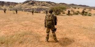 Des soldats des forces maliennes patrouillent avec la mission française Barkhane, en novembre 2017.