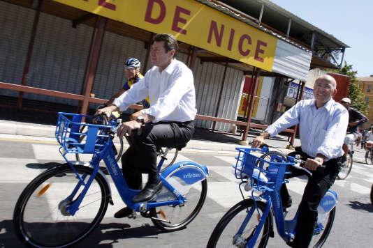 Christian Estrosi, alors ministre de l'Industrie et maire de Nice avec Eric Ciotti député, au lancement de l'opération« Vélo bleu» à Nice, le 18 juillet 2009.