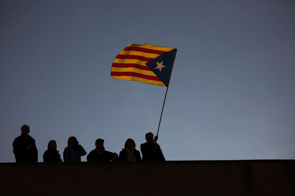 Les deux principales formations indépendantistes, le Parti démocrate (Pdecat de M. Puigdemont) et la Gauche républicaine (ERC de M. Junqueras), ne sont pas parvenues à constituer une coalition, ce qui diminue leurs chances de retrouver une majorité absolue au Parlement catalan. La campagne officielle commence le 5 décembre. Les derniers sondages prédisent un résultat serré.