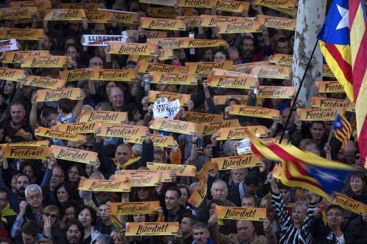 En quelques semaines, la crise politique en Catalogne s'est transformée en un problème majeur en Espagne, avec des répercussions politiques, judiciaires et économiques.