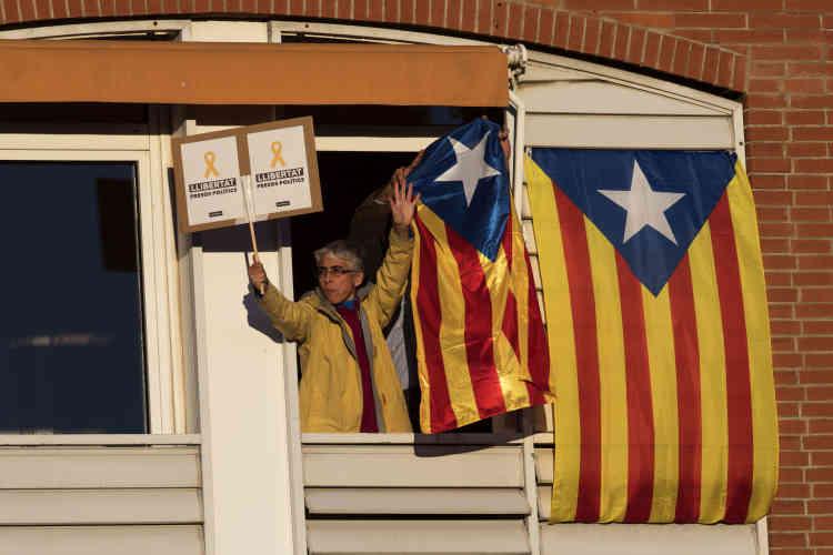 L'indépendance est proclamée unilatéralement par le Parlement catalan le 27 octobre, puis immédiatement suivie de la mise sous tutelle de la région par Madrid, en vertu de l'article 155 de la Constitution.