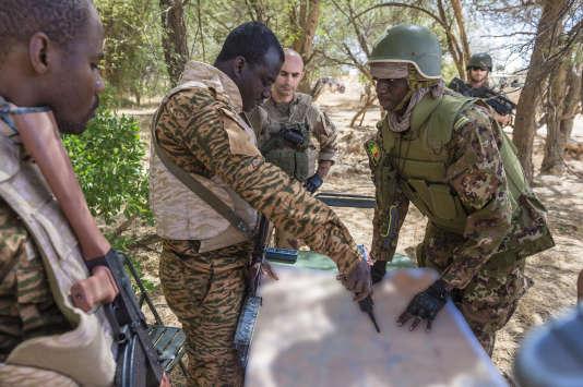 Officiers français et maliensdurant la première opérationde la nouvelle force conjointe internationale, dans le désert malien, le 4 novembre.