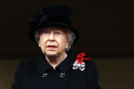 La reine Elizabeth II assiste aux cérémonies de la Journée du souvenir depuis un balcon aux côtés de son époux le 12novembre à Londres.