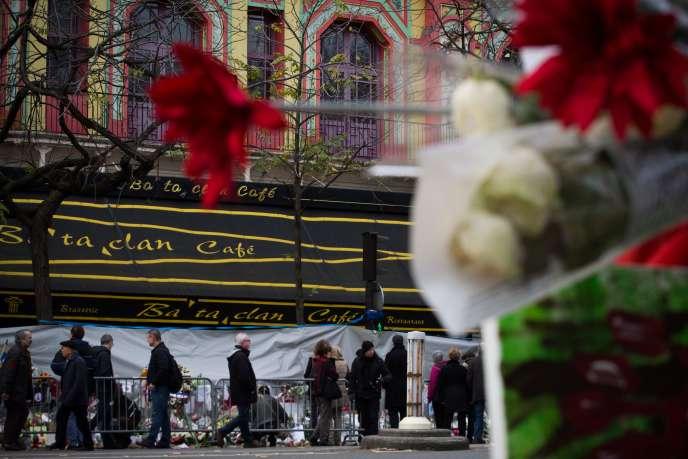 Devant le Bataclan, à l'occasion du concert de Sting pour lepremier anniversaire des attentats du 13-Novembre, à Paris,le 12 novembre 2016.