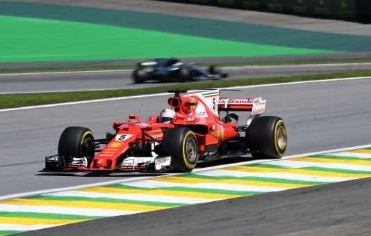 Au premier plan, la Ferrari de l'Allemand Sebastian Vettel, vainqueur, le 12 novembre, du Grand Prix du Brésil.