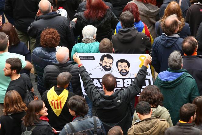 Portraits des séparatistes catalans Jordi Sánchez et Jordi Cuixart, lors d'une manifestation contre leur arrestation à Barcelone, le 8 novembre.