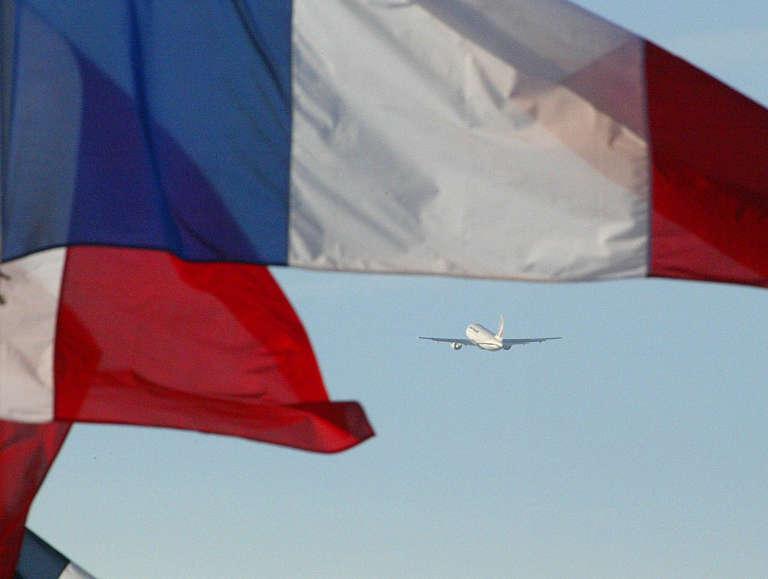 Un avion d'Air France transportant des proches des 133 touristes français victimes de l'accident d'avion de Charm-El-Cheikh, s'envole, le 07 janvier 2004 de l'aéroport d'Orly, à destination de la station balnéaire égyptienne.