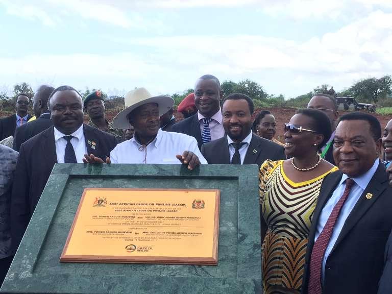 Au centre, le président ougandais Yoweri Museveni avec un représentant du président tanzanien John Magufuli et Irene Muloni, ministre ougandaise de l'énergie, le 11 novembre 2017.