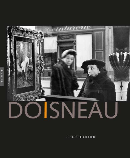 Avec Willy Ronis, Edouard Boubat et Izis, Robert Doisneau (1912-1994) fut l'une des figures marquantes de la photographie humaniste française. Classé parmi les plus populaires de l'après-guerre, il a arpenté le pavé parisien –au hasard des rues et de ses déambulations– en quête de scènes prises sur le vif, issues de la vie quotidienne. Une femme regardant une peinture dans la vitrine d'un antiquaire, une marchande de fleurs, des saisonniers dans le quartier des Halles, des enfants jouant sur le bitume ou les trottoirs de la ville… Robert Doisneau a dressé une galerie de portraits souvent touchants, toujours humbles, teintés de poésie et d'humour. Ce livre lui rend hommage à travers une série de photographies, en noir et blanc, emblématiques de son style, de sa démarche et de sa carrière.