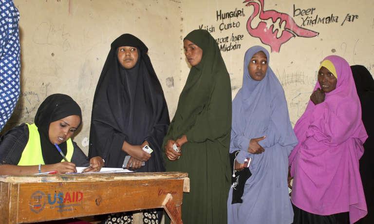 A Hargeisa, capitale du Somaliland, petit Etat autoproclamé indépendant de la Somalie en 1991, les femmes font la queue pour voter à l'élection présidentielle, le 13 novembre 2017.