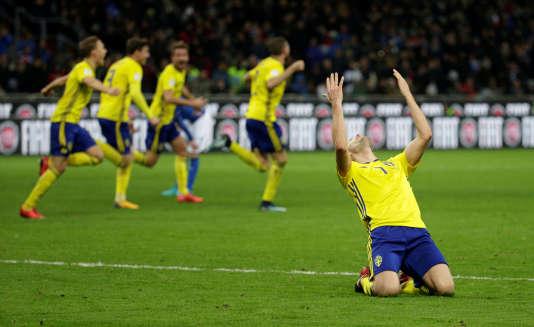 Joueur suédois s'excusant auprès du Seigneur pour avoir privé Gianluigi Buffon de sa dernière Coupe du monde.