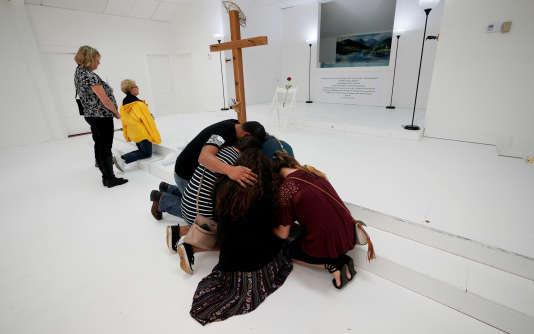 «Selon une étude de l'ONG américaine Everytown for Gun Safety, dans 54 % des fusillades perpétrées aux États-Unis entre 2009 et 2016, le tireur a entre autres tué sa conjointe ou un autre membre de sa famille» (Photo: prière dans l'église baptiste de Sutherland Springs, le 12 novembre).