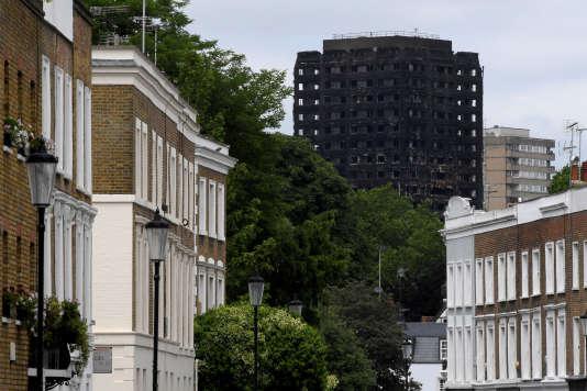 La Grenfell Tower vue depuis le quartier de Holland Park, à Londres, le 16juin 2017.
