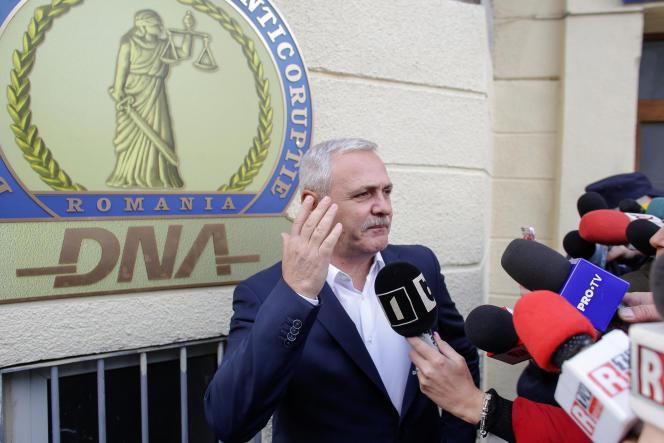 Liviu Dragnea quitte le parquet anticorruption, à Bucarest, le 13 novembre.