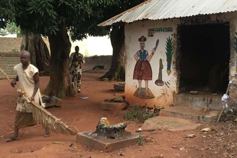 Devant letemple du dieu vaudou Houndossou-Legba, à la sortie d'Abomey, en octobre 2017.