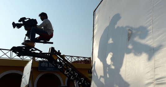 L'ombre d'un cameraman, à Mumbay, le 5 février 2014.
