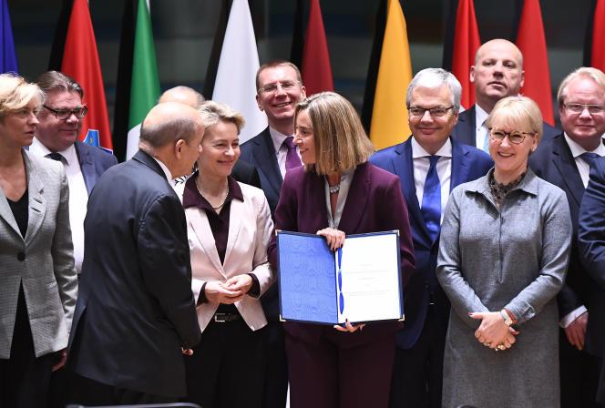 Les ministres des affaires étrangères et de la défense européens entourent la chef de la diplomatie européenne, Federica Mogherini, à Bruxelles, le 13 novembre.