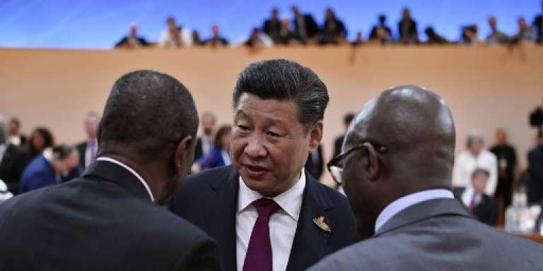 Le président chinois Xi Jinping (au centre) en conversation avec le président guinéen Alpha Condé (à gauche) et le président sud-africain Jacob Zuma (à droite) lors du sommet du G20, à Hambourg, en Allemagne, le 7 juillet 2017.