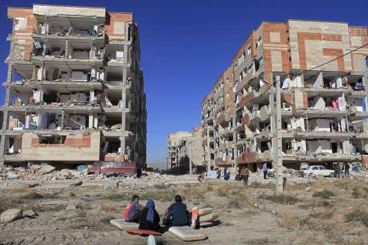 Des survivants devant les bâtiments détruits de Sar-e Pol-e Zahab, la ville d'Iranla plus touchée par le sinistre, avec 280 morts.