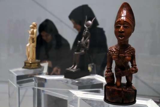 «La thèse peut se résumer ainsi: l'Europe n'est pas le centre du monde des civilisations se sont développées en même temps » (Statuette d'une maternité yombe (Congo), au Louvre Abu Dhabi, le 11 novembre).
