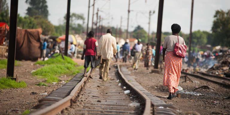 Des gens marchent le long des rails à Lubumbashi, capitale de la provnice de l'ex-Katanga.