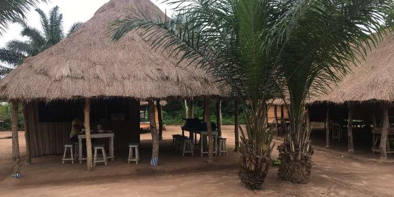 La buvette de Barthélemy Guitoï et son sable fin, à Denou-Lissezin, au Bénin.