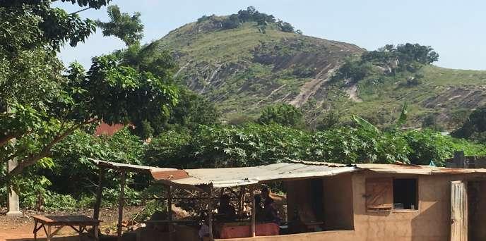 La colline d'Oladjè qui surplombe la ville de Bantè, au Bénin.