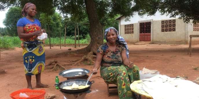 A Zouzonmè, sur le bord de la route, Nadège vend ses « pâtés» à 25francs CFA (0,04euro).