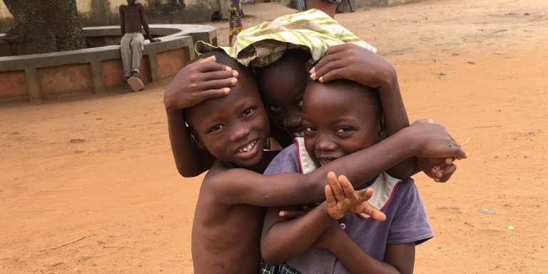 Des enfants près de l'Arbre du retour de Ouidah, en octobre 2017.