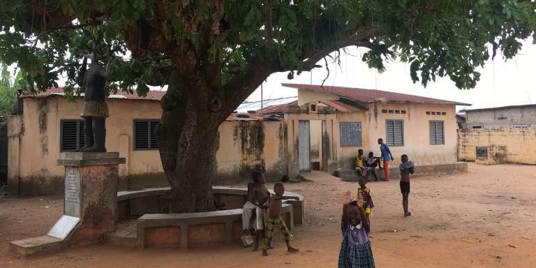 Près de l'Arbre du retour de Ouidah, des enfants s'amusent.