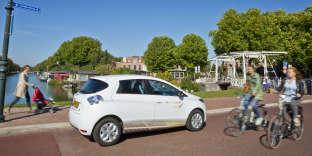 Une Renault Zoé électrique de la société We Drive Solar dans le quartier de Lombok, à Utrecht (Pays-Bas).